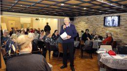 Hyvinvointipäivään osallistui toistasataa senioria. Tilaisuuden juonsi Pentti Lahdenperä.