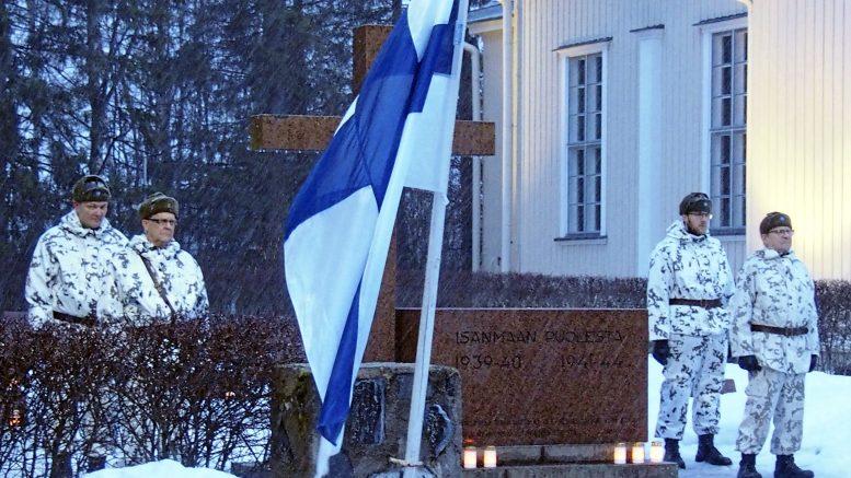 Sankarivainajien muistomerkille kunniavartion muodostivat Yli-Iissä Hannu Ollila (vasemmalla), Teuvo Lapinkangas, Niilo Kaisto ja Kyösti Hökkä.