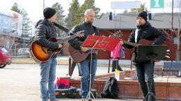 Topias Uusitalo, Markus Uusitalo ja Lauri Tuohimaa soittivat ja lauloivat tuulessa ja tuiskussa. Parvekelaulut aloitettiin Senioritalojen pihamaalta.