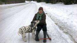 Päivi Ahonen Joloksella naapurin koiran kanssa.