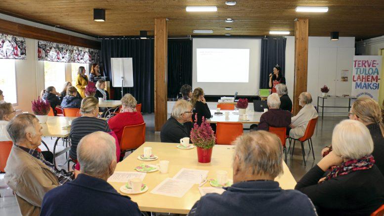 Ensimmäinen Omaisraati-keskustelutilaisuus pidettiin Iin järjestötalolla viime lokakuussa. (Arkisto: Tuija Järvelä-Uusitalo)