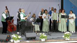 Iin Laulupelimannit on tuttu esiintyjä monista paikallisista juhlista. Kuva on Iin kotiseutujuhlasta viime kesänä.