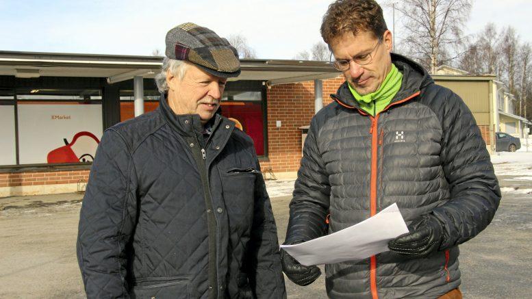 Risto Järvelin (vas.) ja Jukka Puolakka tutkimassa rakennushankkeiden suunnitelmia Kellon kauppakorttelissa. Kohteista uusi kauppakiinteistö toteutuu ensiksi ja sitten kerrostalo.