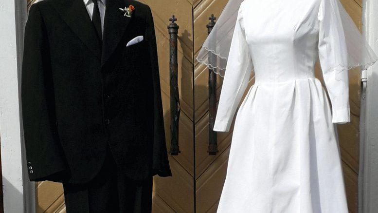 Näyttelyssä on esillä pukuja 1930-luvulta alkaen.