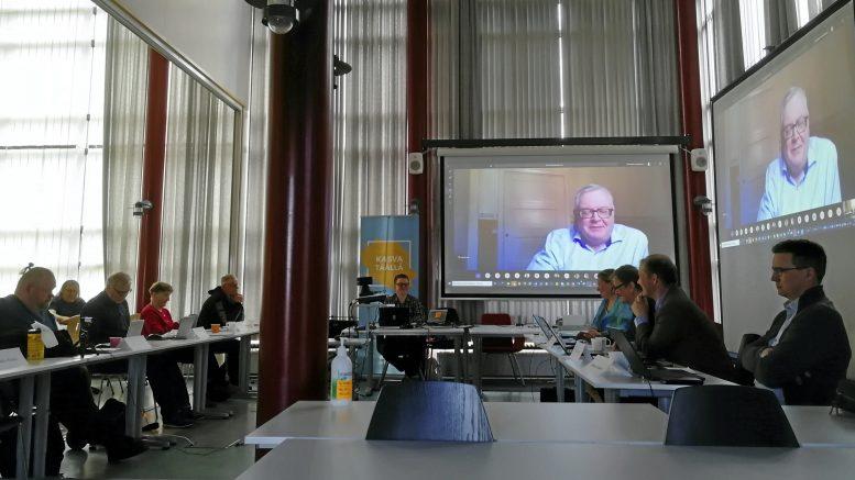Iin kunnanvaltuuston kokous pidettiin maanantaina hybridikokouksena, johon valtuutetut saivat osallistua joko etänä tai paikan päällä Micropoliksessa. Etämahdollisuuteen tarttui vain muutama valtuutettu, joiden joukossa oli Risto Säkkinen (kuvassa valkokankaalla).