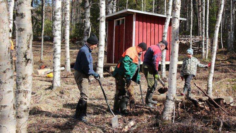Pentti Väänänen, Reijo Sarjanoja ja Matti Vehkaoja olivat päivän aikana lapioiden varressa. Ville Littow seuraili työnjohtajana urakan sujumista. Tulevana kesänä Kiiminkijoen taukopaikat löytyvät aiempaa helpommin uusien opasteiden ansioista sekä maitse että vesitse.