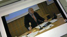 Oulun kaupunginvaltuusto on tänä keväänä pitänyt etäkokouksia koronatilanteen takia. Historiallinen ensimmäinen sähköinen kokous oli 20.4. Kaupunginvaltuuston puheenjohtajana toimii Juha Hänninen (kok.). Seuraava valtuuston kokous on 15.6. Myös etäkokouksia voi seurata suorana verkossa.