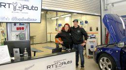 Ajoneuvoasentajiksi opiskelevat Riikka Kouvala ja Tuomas Puranen avasivat kesähuoltamon OSAO:n Haukiputaan yksikön auto-osaston halliin kesäksi.