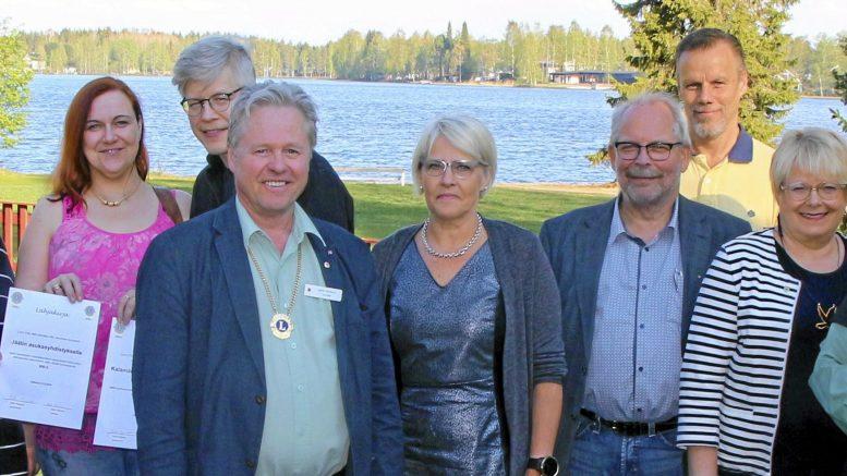 Nyt piirikuvernööriksi valittu LC Jäälin Antero Stenius (kuvassa kolmas oikealta) oli jakamsssa yhdistyksen 40-vuotisjuhlan kunniaksi avustuksia jääliläisten hyväksi viime toukokuussa. (Arkisto: Teea Tunturi)