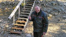 Tapio Mattila halusi auttaa ja kävi korjaamassa portaat vapaaehtoistyönä.