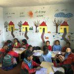 Kouluvierailut Nepalissa olivat Päivi Ahosen mukaan aina innostavia, sillä lapset esittivät osaamistaan iloisina.(Kuva: Päivi Ahonen)