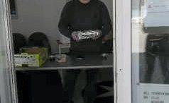 Janne Ahonen tuli Haukiputaalle jakamaan lahjoitusruokaa. Haukiputaan asukastuvan ovi avattiin jakoa varten.