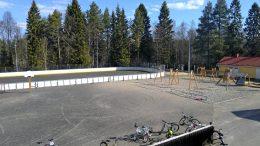 Kaukaloilla on iso merkitys kylien harrastustoiminnalle sekä talvella että kesällä. Kuvassa näkyvä Tirinkylän kaukalo on siksikin tärkeä, että koululla ei ole lainkaan liikuntahallia. (Kuva: Johanna Kemppainen)