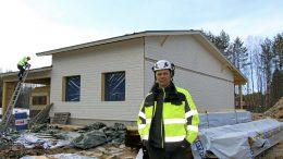 Rakennusyrittäjä Sauli Hämälä Iin Mujuntielle valmistumassa olevan omakotitalon edustalla. Kyseiseeen Iin Valtarinkulmaan Salera Oy rakentaa kahdeksan omakotitaloa. Tänä kesänä valmistuu kaksi ensimmäistä.