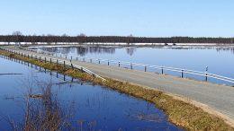 Korkeimmillaan vesi nousi sillan takana näkyvän pysäköintipaikan kohdalla asvaltin reunaan saakka, mutta tielle asti se ei yltänyt muuallakaan järven ympärillä joitakin pihateitä lukuun ottamatta.