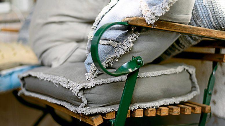 Puuta, muovia, metallia ja tekstiiliä. Olivatpa kesäkalusteen materiaalit mitä tahansa, niiden hyvä hoito alkaa puhtaudesta.
