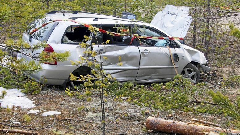 Vaikka ajoneuvo törmäsi puihin ja ruttaantui pahoin etenkin keulasta, selvisivät kuljettaja ja hänen mukanaan ollut koira ilmeisen vähin vammoin.