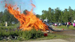 Kokko paloi hienosti vienon kesätuulen hulmutessa Vatungissa.