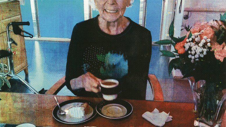 Elina Järvelä 100-vuotissyntymäpäiväkahvilla Hannakodissa. Merkkipäivää juhlistettiin hoitajien kanssa, sillä koronatilanteen takia vierailut yksikössä eivät ole mahdollisia. Valokuvat ovat Hannakodin henkilökunnan ottamia.