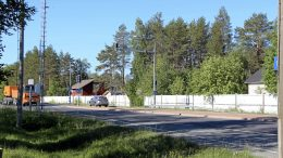 Kuusamontien leventämissuunnitelmat vaativat Jäälin kohdalla ainakin kahden kiinteistön, eli kuvassa näkyvien Jäälin vanhojen kyläkauppojen, lunastamista. Punainen rakennus on Seppälän vanha kyläkauppa, oikealla näkyvä puolestaan Talstan kauppa. (Kuva: Teea Tunturi)