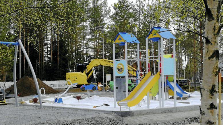 Sampantien leikkipuistossa Martinniemessä ovat työt käynnissä kuten myös Asemakylän ja Kirkonkylän kunnostettavissa leikkipuistoissa.