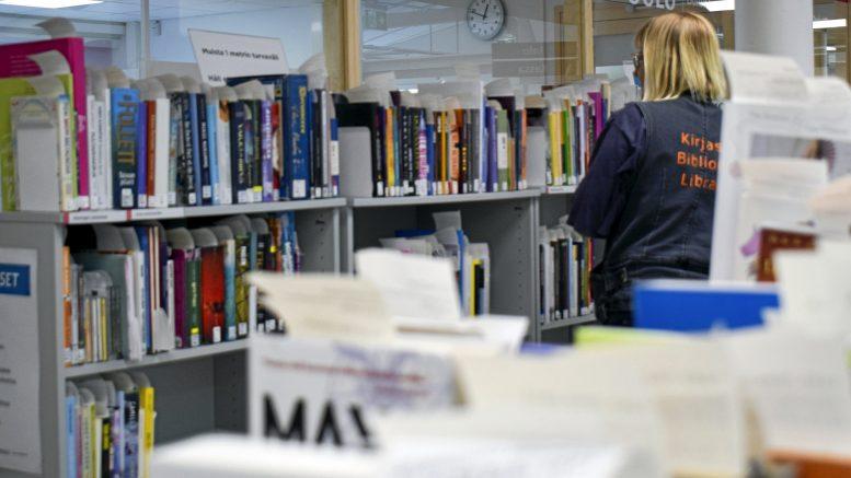 Kirjojen varaaminen yleistyi huomattavasti poikkeusaikana. Tällä hetkellä Oulun kirjastojen varatuin kirja on Enni Mustosen Pukija.