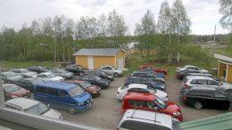 Kuivaniemen seurantalon takapiha täyttyi 33 autosta, kun koronatauon jälkeen tarjolle tuli autobingo.