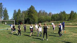 Sää suosii KiimUn sporttileiriä. Leiriläisten päivät ovat täynnä vauhtia ja liikettä. (Kuva: KiimU)
