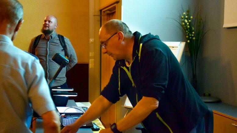 Luukelanperän tilusjärjestelyselvitystä oli esittelemässä Maanmittauslaitoksen kartoittaja Mikko Marjomaa (kuvassa oikealla).