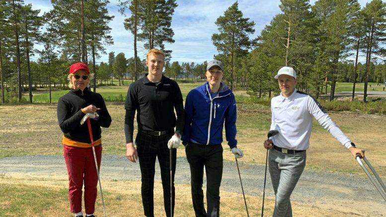Jääkiekkoilijat Aku ja Aatu Räty sekä pesäpalloilija Roope Pöyry viihtyivät Virpiniemessä golfin parssa viime perjantaina. Kuvassa myös Virpiniemi Golfin kapteeni Irene Seppänen.