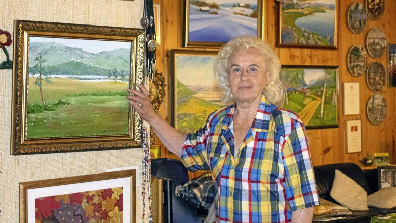 Eila Mosorin on aktiivinen kuvataideharrastaja, ja maalaa edelleen itsekin.