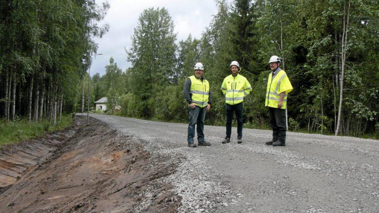 Hannu Prokkola (vasemmalla), Juha Typpö ja Juha Miilumäki esittelevät Keiskanmutkan asfaltointia vaille valmista kunnostusta. Asfaltointi tehdään todennäköisesti loppuviikosta.