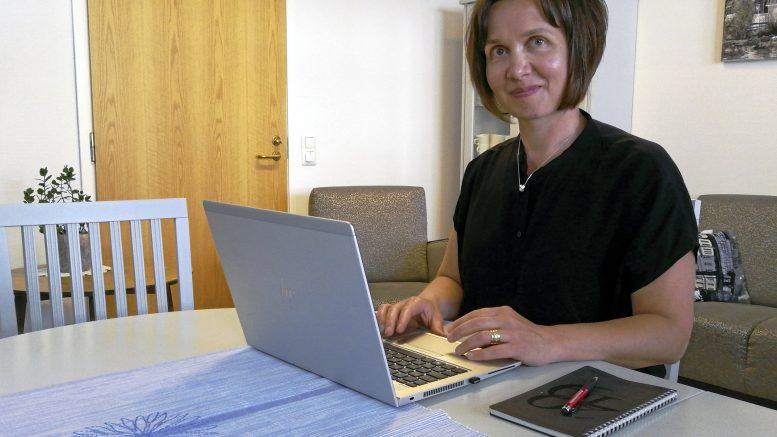 Marjut Kiviahde on toinen muistisairaiden omaishoitajille suunnatun EtäLuotsi-hankkeen työntekijöistä. Kiviahde toivoo hankkeen tuovan osallistujilleen uskallusta ja varmuutta digilaitteiden käyttöön.