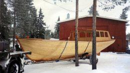 Kummeli-veneen tarkka valmistumisvuosi ei ole tiedossa. Kuvassa vene on lähdössä veistämöltä Kiviniemestä.