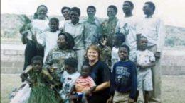 Läksiäiset vuonna 1992. – Olimme olleet isolla jokiveneellä nauttimassa maisemista ja tässä kuvassa olen rannalla koko ryhmän kanssa, Päivä Ahonen kertoo. (Kuva: Elina Savo)