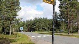 Jäälin Kehätien bussikatokset ovat jo poistuneet katukuvasta. Katoksettomien pysäkkien liikennemerkit muistuttavat vielä aiemmasta. Joukkoliikenne siirtyy Jäälissä kulkemaan Laivakankaan kautta, mutta osa Kiimingin ja Oulun välisistä vuoroista porhaltaa edelleen Jäälin ohi suoraan Kuusamontietä. (Kuva: Teea Tunturi)