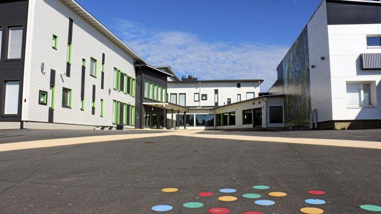 Iin Haminan koulussa on lähes 500 oppilasta, joten opetuksen väljästi järjestäminen vaatii monenlaista porrastusta.