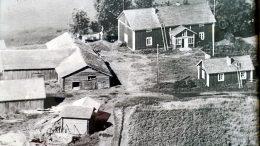 Hökän pihapiiriä 1960-luvulla. Päärakennus on rakennettu vuonna 1870. Matti Hökän arkistot.