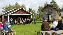Kuivaniemen ja Simon Pelimannit laulattivat yleisöä Eloriehassa.
