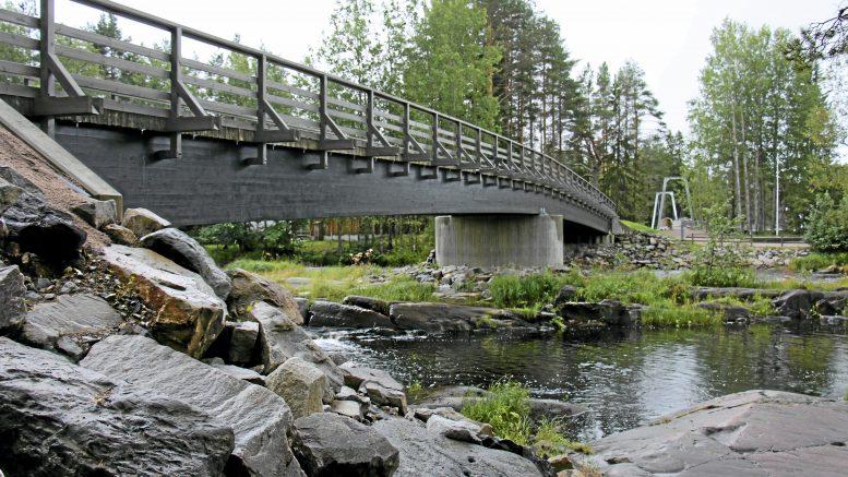 Lauantaina kuvan siltaa pitkin ei pääse kulkemaan Koitelin Sahasaareen, sillä alueella kuvataan livelähetystä. Arkistokuva: Tuija Järvelä-Uusitalo