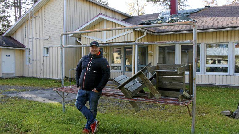 Oululainen Mikko Sarkkinen haluaa kehittää Yli-Iin entisestä veteraanien palvelutalosta yhteisöllisen asumisen talon, josta löytyy kuusi remontoitua asuntoa sekä yhteistilat ja piha-aluetta eri ikäisten ihmisten kohtaamisille. (Kuva: Teea Tunturi)