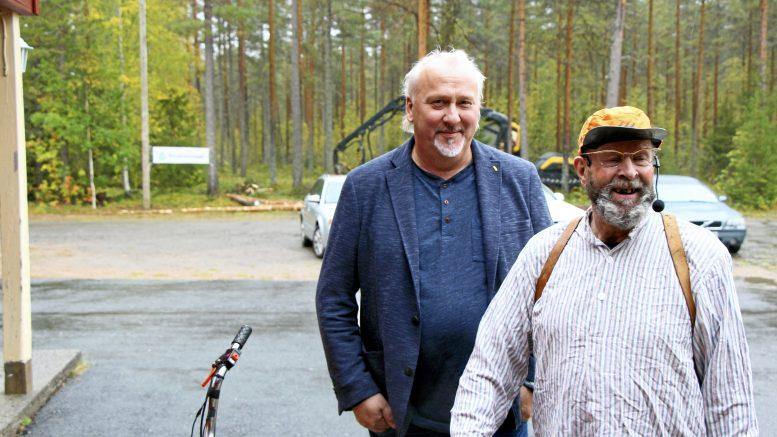 Kiimingin Metsänhoitoyhdistys järjesti Metsänomistajapäivän Huttukylässä. Metsuri Taavetti Rämekorpi (eli Jouni Kokkoniemi) poikkesi Huttukylän nuorisoseuran talolla juttelemassa metsänomistajille alaan liittyvistä tosiasioista. Kiimingin MHY:n toiminnanjohtaja Timo Mikkola ei voinut kuin naureskella miehen jutuille.