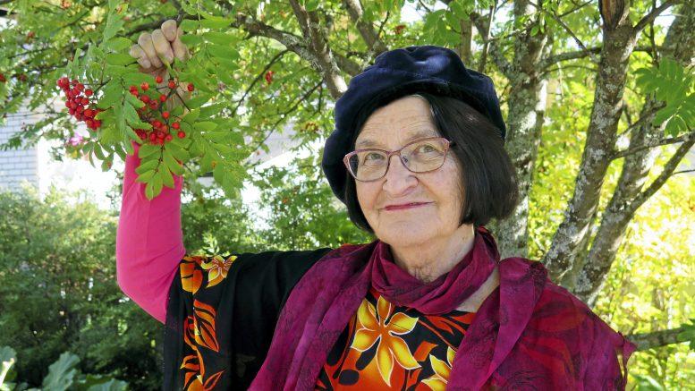 Eeva Holma: Oi naurun keidas, oi ilon lipas, kansi yhä raollaan. Kuva: Kari Holma