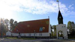 70 vuotta sitten valmistuneesta kirkosta tehtiin saman mallimen kuin samalla paikalla sijainnut aiempi kirkko. Kivikirkon piirustukset laativat arkkitehdit Gustaf Strandberg ja A. Hytönen.