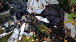 Tänä kesänä on maastosta löytynyt tai havaittu tavallista enemmän sinne kuskattua jätettä. Vastuu siivouksesta on roskaajalla, mutta jos tekijää ei tavoiteta, työ ja kulut lankeavat metsänomistajalle.