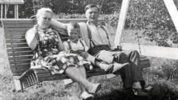 Mikko Alatalo vanhempiensa Anna-Liisan ja Jaakon kanssa kotitalonsa pihalla Kiimingin Alakylässä 1950-luvun loppupuolella. Kuva Eepi Päkkilä, kuva kirjasta Hän hymyilee kuin Mikko.