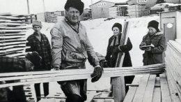 Pateniemen sahan lautatarhalla. Vasemmalta Pentti Kotilainen, Eino Kamula, Olavi Suomela, Helli Karhula ja Olga Launonen. (Esa Launosen albumista).