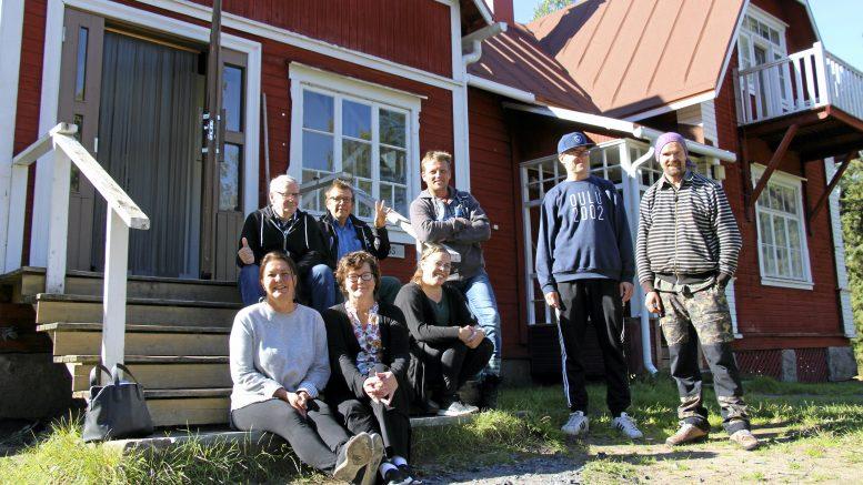 Vertaistuki on yhdessä olemista ja tekemistä, kokemusten jakamista. Oulunkaaren päihteettömyysryhmä vietti syksyistä päivää Iin Karhunsaaressa. Kuun lopussa perustetaan Iihin myös vapaaehtoisvoimin toimiva A-killan vertaistukiryhmä.