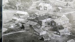 Kantolan rakennuksia todennäköisesti 1950-luvulla. Neliön muotoisesta pihapiiristä löytyvät oikealta Vanha Kantola, takana Erkki Kantola, vasemmasta reunasta Yrjö Kantolan navetta, alhaalta pitkä Juho ja Iida Kantolan sekä samassa Erkki Kantolan navetta. Ylhäältä keskeltä löytyy vuoden 1972 tulipalossa säilynyt Yrjö Kantola. Sähkö Kantolaan on tullut jo varhain, sillä Nelostien varressa kulki sähkölinja. Saksalaiset perääntyessään syksyllä 1944 katkoivat sähkölinjat. Sepän talon ja pajan paikka löytyy Yrjö Kantolan takaa oikeasta yläreunasta. Kuvassa näkyy myös Kantolan tilan lävitse kulkeva tie, jota myöten uittomiehet kulkivat rantaan, josta veneillä mentiin Ykspensaaseen, Louttiin, Korkiaan ja Siikalettoon.