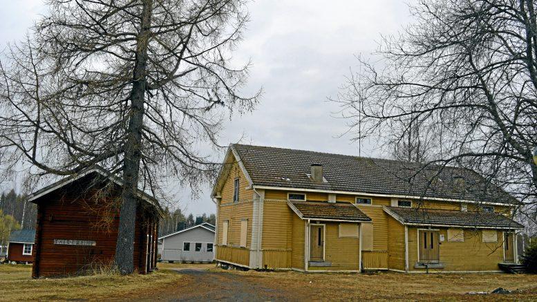 Suojellut vanhan pappilan rakennukset Ylikiimingin keskustassa ovat saamassa uuden omistajan, joka aikoo hiljalleen kunnostaa niitä. (Arkisto: Niina Keväjärvi)